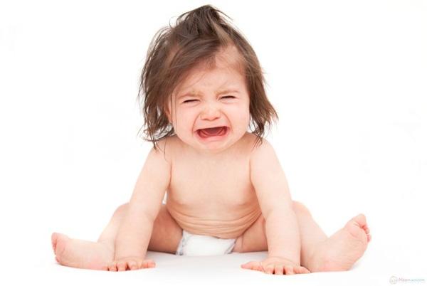 Các mẹ nên làm gì khi trẻ bị sốt mọc răng?